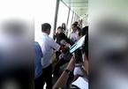 Nữ hành khách gào thét đòi nhảy xuống hồ vì rơi smartphone