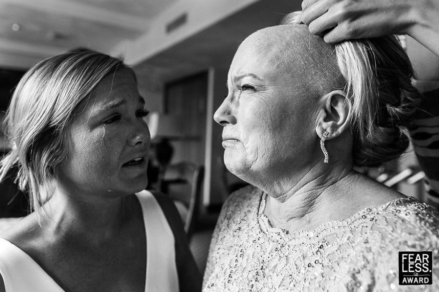 Người mẹ ung thư rơi nước mắt trong đám cưới của con gái