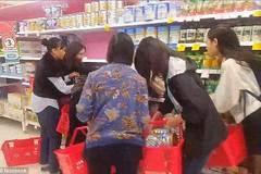 Cảnh khách Á mua sữa bột tới tấp ở Australia