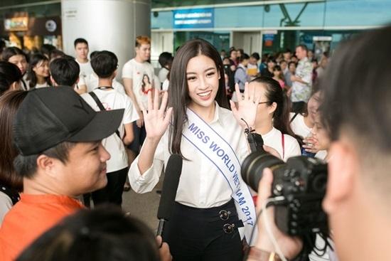 Mỹ Linh xúc động tạm biệt mẹ lên đường dự thi Miss World 2017