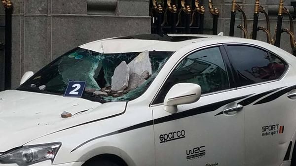 Cần cẩu đập vào tòa cao ốc ở Sài Gòn, đá rơi đè nát đầu xe sang - 3