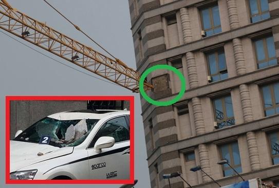 Cần cẩu đập vào tòa cao ốc ở Sài Gòn, đá rơi đè nát đầu xe sang - 2