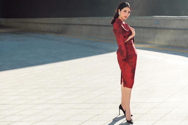 Diễm My lại mặc váy hoa nổi bật tại Seoul Fashion Week