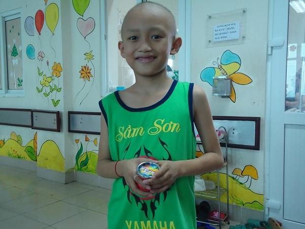 Cha mẹ nghèo khốn cùng xin cứu con trai mắc bệnh ung thư thận