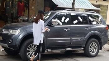 Cô gái 'đuổi' ô tô vì đậu trước của tiệm bằng chiêu độc