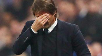 "Bị sếp Chelsea ""bắt bài"", ghế Conte lung lay dữ dội"