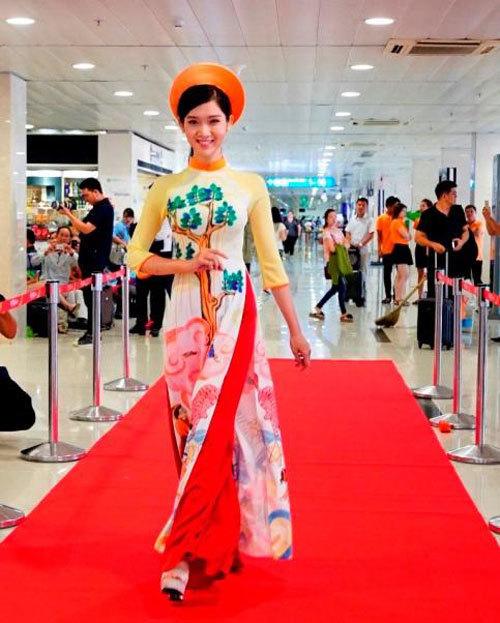 Siêu mẫu Võ Hoàng Yến catwalk ngay trên tàu bay Vietjet
