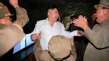 Hình ảnh Kim Jong Un sung sướng khi phóng tên lửa thành công