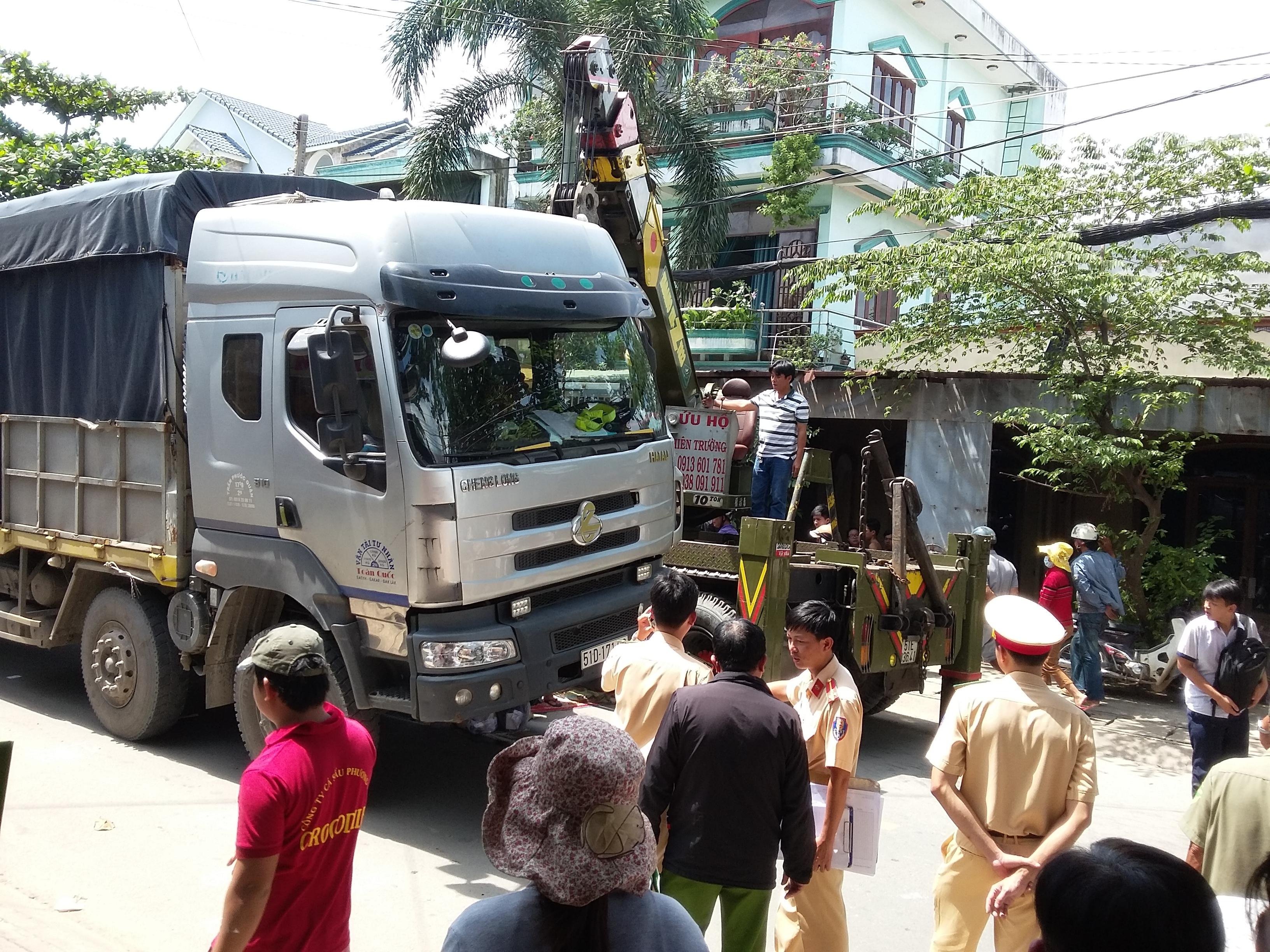 Nâng ô tô cứu cụ bà bị mắc kẹt dưới gầm xe ở Sài Gòn