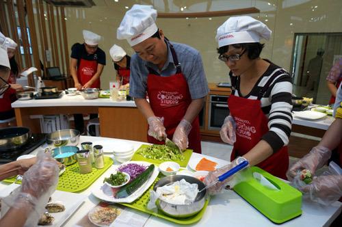 Đàn ông vào bếp: Những món ăn lấp lánh tình yêu