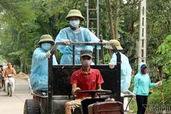 Sau vỡ đê, người HN rải chục tấn vôi bột, hóa chất khử trùng