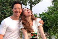 Hồ Ngọc Hà cười hết cỡ trong vòng tay Kim Lý