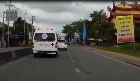 Lái xe tiền tỷ 'kiên cường' không cho xe cứu thương vượt...