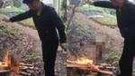 Phẫn nộ cảnh nướng sống chó trên lửa để ăn thịt ở Trung Quốc