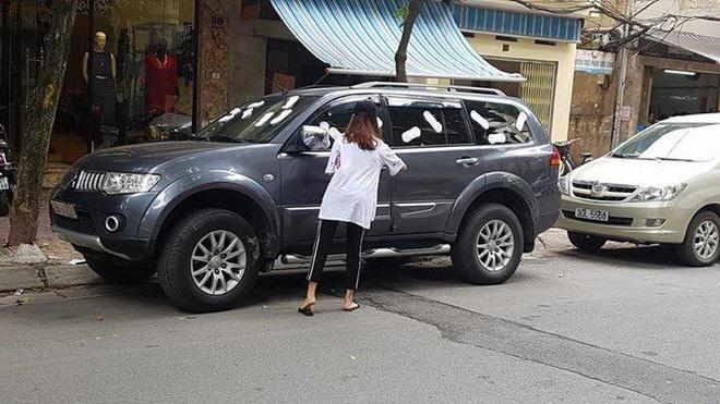 Cô gái dán băng vệ sinh lên xe ô tô: Tiết lộ câu chuyện của người chủ xe