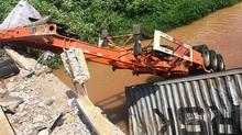 Xe container lao xuống sông, tài xế tử nạn trong cabin bẹp dúm