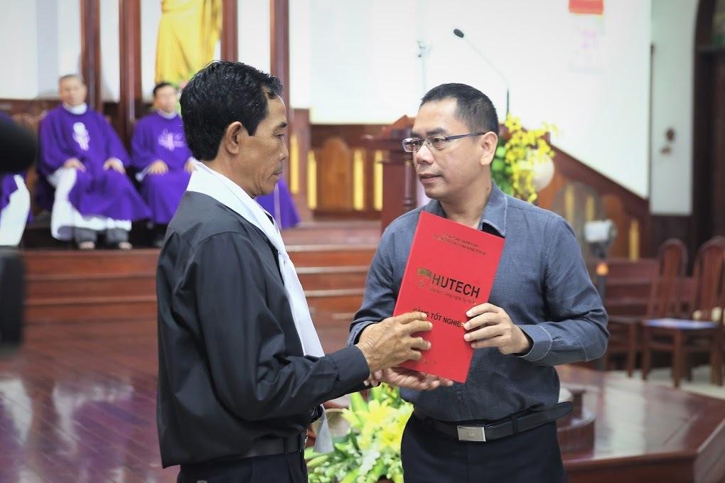 Trường ĐH Hutech trao bằng kỹ sư danh dự cho sinh viên tử vong