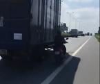 Chiêu độc: Liều mạng chạy song song container để tránh nắng