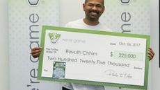 Mua vé số giúp đồng nghiệp, tiện tay mua cho mình, trúng ngay 225.000 USD