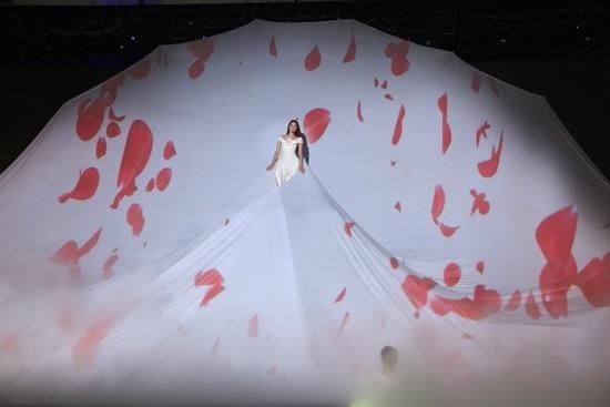 Phạm Hương lộng lẫy như 'nữ thần hoa' trên sàn diễn