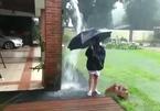 Khóc thét sau khi phấn khích đùa dưới mưa