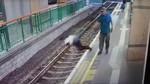 Gã trai lạ bất ngờ đẩy nữ lao công xuống đường ray