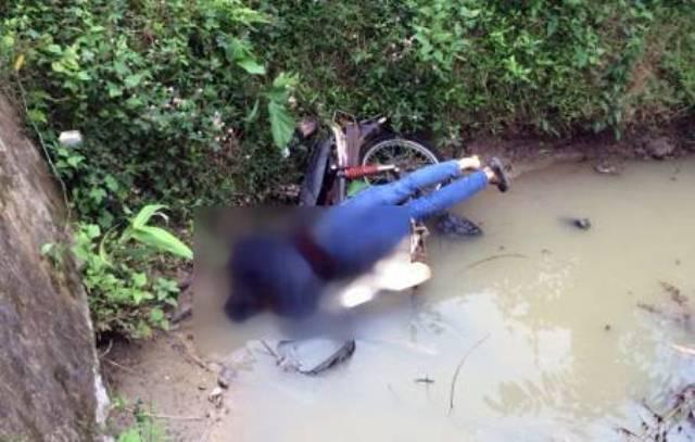 Tài xế máy xúc chết vắt lên xe máy ở mương nước