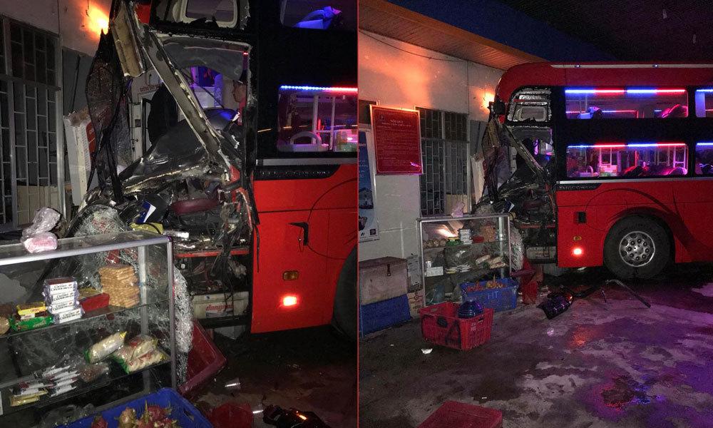 Xe khách lao vào cây xăng, hàng chục người thoát chết trong gang tấc
