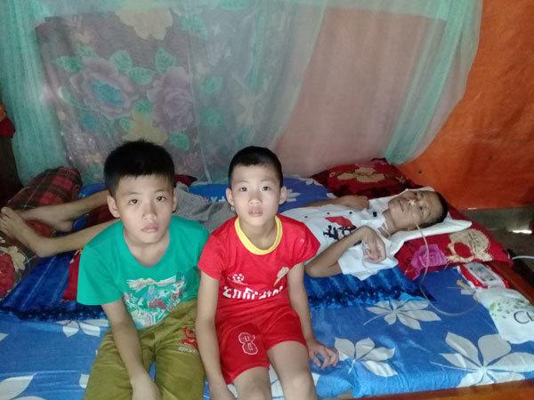 Vợ còng lưng chăm chồng liệt giường và hai con thơ dại