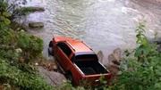 Người đàn ông chết dưới suối gần chiếc ô tô bán tải