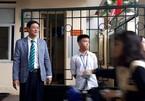 Thầy hiệu trưởng đứng chào học sinh ở cổng trường mỗi ngày