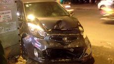 Hà Nội: Ô tô chồm lên vỉa hè tông bẹp 5 ô tô và xe máy