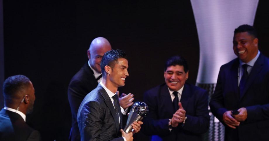Bạn gái ôm bụng bầu tháp tùng Ronaldo đi nhận giải