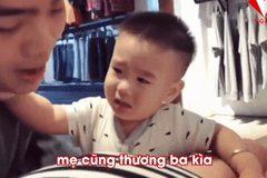Cậu bé khiến người xem 'cười đau ruột' khi nhất quyết không cho bố chạm vào mẹ