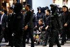 """Nghi phạm sát hại """"Kim Jong Nam"""" khóc tại sân bay"""