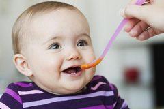Bé 8 tháng tuổi nguy kịch vì thói quen nấu cháo sai lầm của mẹ