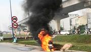 Xe tay ga cháy ngùn ngụt trên xa lộ, chủ xe bỏ chạy thoát thân