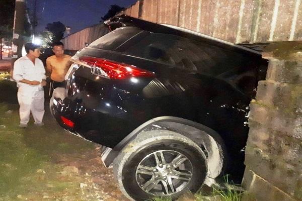Ô tô Toyota Fortuner mới 'đóng' biển đâm thủng tường vì lỗi 'muôn thủa' của tài xế