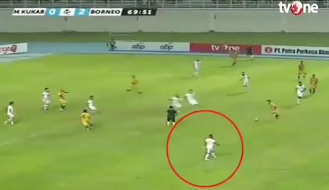 Cầu thủ Indonesia bứt tốc như Usain Bolt ghi bàn khó tin
