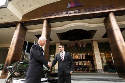 Mercedes-Benz bàn giao E 200 thế hệ mới cho khách sạn Caravelle