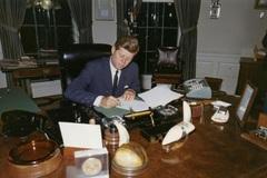 Ông Trump chỉ giải mật một phần hồ sơ ám sát Kennedy