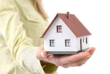 Nhà xây trên đất bố mẹ chồng, vợ có được chia phần?
