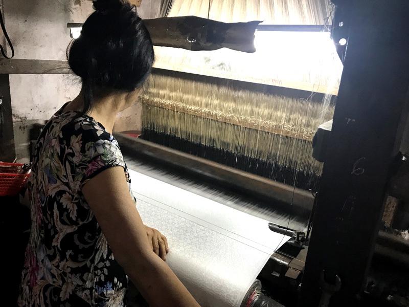 'Ở đây cũng bán lụa Tàu à?': Dân làng lụa Vạn Phúc bức xúc