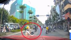 Cô gái dừng xe giữa đường nghe điện thoại bị ông Tây nhấc bổng vào lề đường