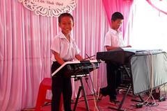 Hai cậu bé Khánh Hoà chơi nhạc điện tử điêu luyện trong đám cưới