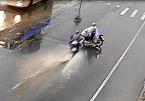 Pha sang đường chểnh mảng và cú đâm dữ dội giữa trời mưa