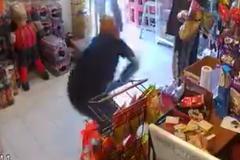 Cướp vừa rút súng đã bị cảnh sát hạ gục