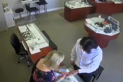Táo tợn cướp nhẫn kim cương tháo chạy khỏi cửa hàng