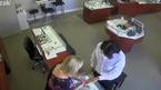 10 clip 'nóng': Táo tợn cướp nhẫn kim cương tháo chạy khỏi cửa hàng