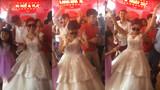 Cô dâu dẫn đầu đoàn quân 'quẩy' tưng bừng trong đám cưới